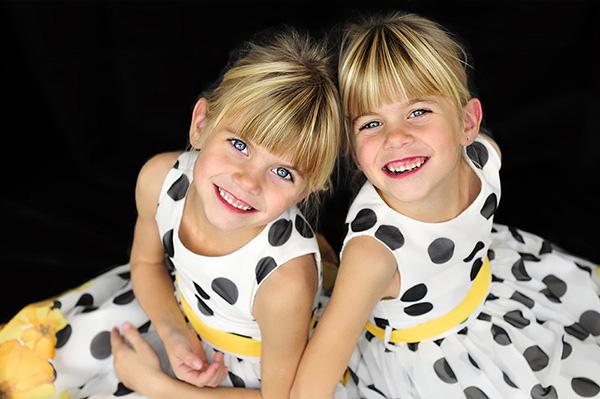 eineiige zwillinge – identical twins – portraits – fotokunstarbeit – artwork – by sabina roth – art + photography – fotografie + visualisierung, reigoldswil, münchenstein, baselland, basel, zürich, schweiz – switzerland – susanne minder bildarchiv – picture collection susanne minder